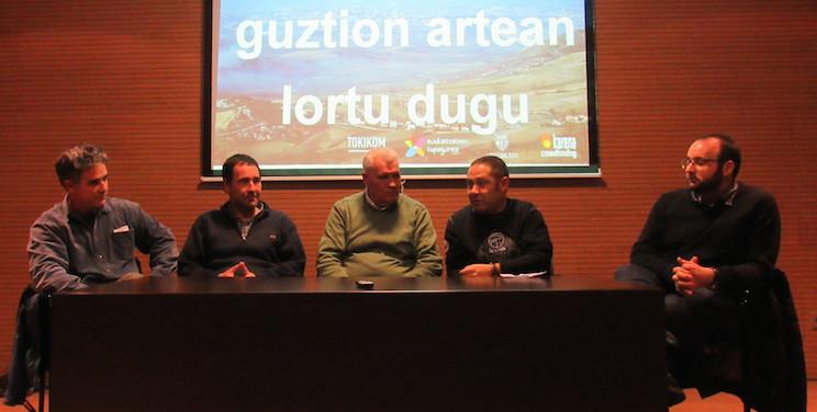 Xanti Kiroga (Udalbiltza), Xabi Lasa (Berriozarko alkatea), Joseba Igerabide (Xaloa TB), Oskar Zapata (Topagunea) eta Urko Aristi (TOKIKOM), telebistaren aurkezpenean.